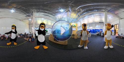 Mascotes multiplicados em foto 360°