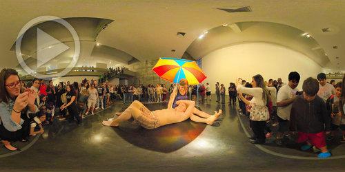 Casal de Ron Mueck em foto 360°